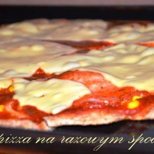 Lekka pizza na razowym spodzie