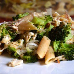 Lekka zapiekanka makaronowa z kurczakiem i brokułami