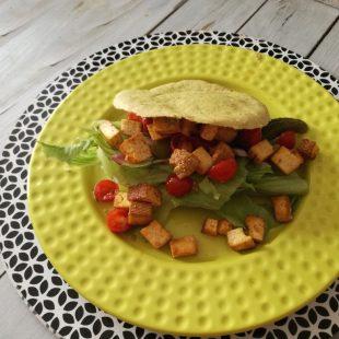 Pita z tofu i warzywami – pomysł na szybki bezmięsny obiad