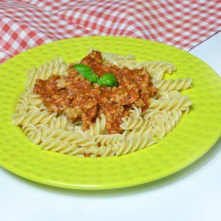 Makaron z sosem pomidorowym i indykiem – bardzo szybki i zdrowy obiad